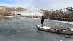 Çıldır Gölü buz tutmaya başladı