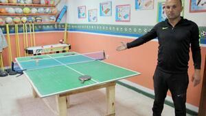 Okul tahtalarını öğrencileri için spor aletlerine dönüştürdü