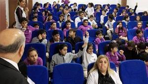 Öğrenciler, işaret diliyle şarkı seslendirdi