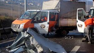 Otomobil, Karayollarının kamyonetine çarptı: 5 yaralı