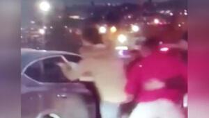 Trafikte kavga kamerada Araç içindeki sürücüyü böyle darp ettiler