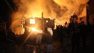 Mutfakta çıkan yangın evi, ahırı, hafif ticari aracı yaktı