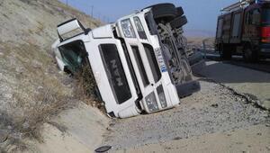 Malatyada kamyon devrildi, sürücü yaralandı