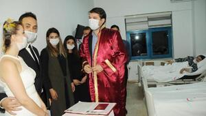 Kanser hastası annesine moral için hastanede evlendiler