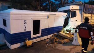 Kamyon, polis kontrol noktasına çarptı: 2si polis 3 yaralı