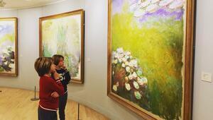 İkizlerle Paris'te sanatın peşinde