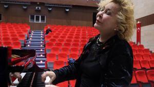 Annesini kıskandı piyanist oldu