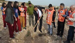 Başkan Tuna öğrencilerle fidan dikti