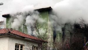 Kızılcahamamda çıkan yangında 2 katlı ev kül oldu