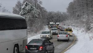 Uludağda kar yüzünden yol kapandı, kilometrelerce kuyruk oluştu