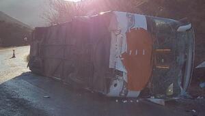 Azerbaycana giden yolcu otobüsü Karsta devrildi: 30 yaralı