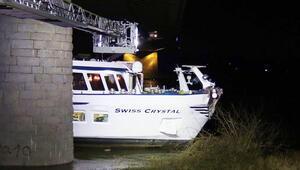 Almanya'da yolcu gemisi köprüye çarptı: 27 yaralı