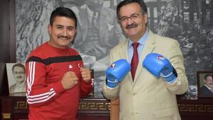 Başkan ile antrenörün kick-boks maçı