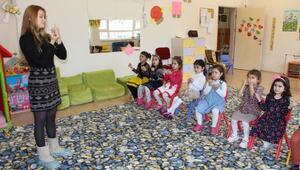 Ana sınıfı öğrencilerine gönüllü işaret dili eğitimi veriyor