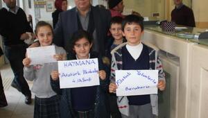 İlkokul öğrencileri topladıkları harçlıkları Filistine gönderdi