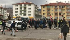 Okul servis otobüsüne otomobil çarptı: 1 yaralı
