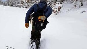 Rahatsızlanan köpeğini karda 7 kilometre sırtında taşıdı