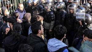 """İran'da göstericiler """"İran Cumhuriyeti"""" istiyor"""