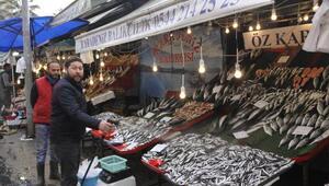 İzmitte balık fiyatları düşmeye başladı