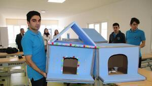 Öğrenciler, atık malzemelerden sokak hayvanları için kulübe yaptı
