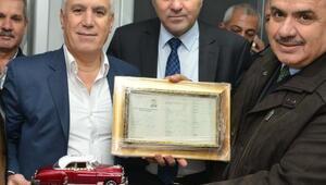 Başkan Bozbey'e, babasının kullandığı taksinin maketi hediye edildi