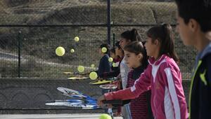 Köy okulu öğretmeni, çocukları tenisle tanıştırdı