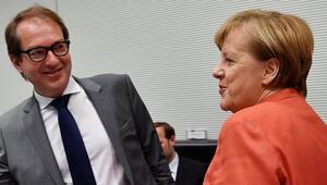 'Üç erkek' de Merkel'i indirme hesabı yapıyor