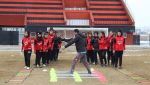 Yüksekova Belediyespor kadın futbol takımı, Türkiye Şampiyonasına hazırlanıyor