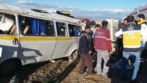İnegölde otomobille çarpışan işçi servisi takla attı: 9 yaralı