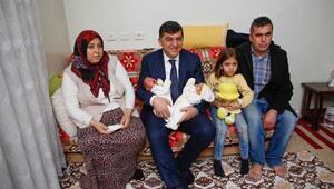 Başkan Fadıloğlundan ikiz bebeklere ziyaret
