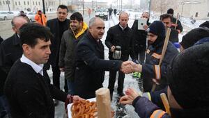 Başkan Aydından işçilere çay ve tatlı ikramı