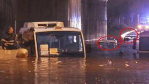 Adanada karayolunu 2 metre su bastı 5 araç mahsur kaldı