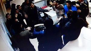 Diyarbakırda dehşet dakikaları... Bilgisayar ve camları kırdılar Biber gazı kurtardı