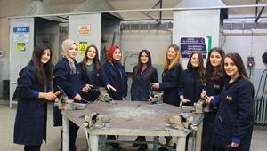 Bu okul 'metalci' kız öğrencilerle fark yaratıyor