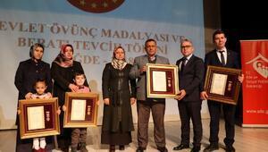 Niğde'de Şehit ailelerine ve gazilere devlet övünç madalyası verildi