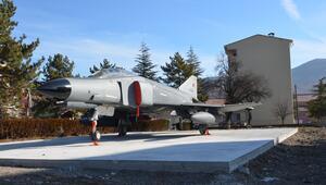 Liselilere savaş uçağında eğitim