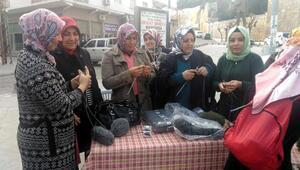 Mutlu kadınlar Afrin için gönülden örgü