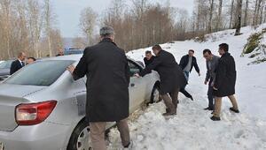 Samsun Valisi Kaymak, aracıyla kara saplanan bir vatandaşa yardım etti