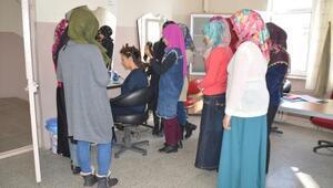 Eleşkirt'te 72 kadın kursiyer para kazanarak iş öğreniyor