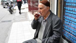 85 yaşındaki adamı yardım bahanesiyle dolandırdılar