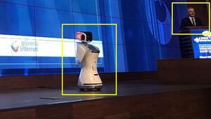 Robot, sık sık bakanın sözünü kesince: Gereğini yapın lütfen
