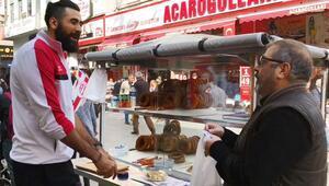 Antalyasporlu basketçiler, mandalina ve simit satarak taraftarları tribüne çağırdı