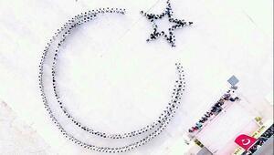 Bedenleriyle ay- yıldız oluşturan öğrencilerden Mehmetçike destek