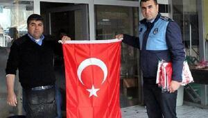 Zeytin Dalı Harekatına destek için esnafa Türk bayrağı dağıtıldı