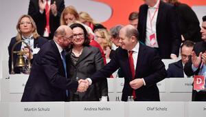 Schulz istifa etti Scholz emanetçi