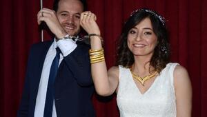 Sevgililer Gününde evlenen polis çifte meslektaşlarından kelepçe