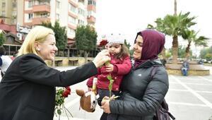 Büyükşehir, Sevgililer Günü'nde Adanalılara kırmızı gül dağıttı