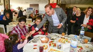 Başkan Sözlü'den özel ailelere karanfil jesti
