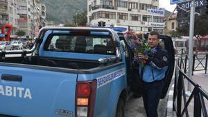 Manisada zabıtadan sokakta çiçek satanlara operasyon