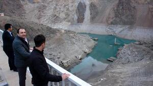 Baraj sularıçekildi, ortaya çıkan köyü duyan koştu
